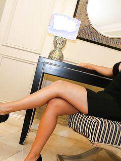 Фетишист лижет ступни ног стервозной брюнетки - секс порно фото