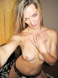 Одинокая блондинка с большими сиськами раздевается и делает селфи - секс порно фото