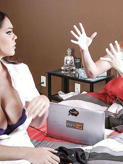 Грудастая медсестра Alison Tyler отсасывает пациенту на дому - секс порно фото