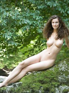Худая телка с большими сиськами демонстрирует голое тело у реки - секс порно фото