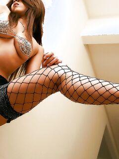 Пошлая азиатка Seiko Yamaguchi позирует в эротических чулках дома - секс порно фото