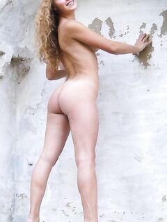 Русская телка позирует для парня голая на мосту и у старого дома - секс порно фото