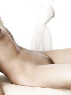 Сексуальная девица лежит голышом на тахте - секс порно фото
