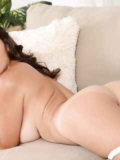 Красивые лесбиянки Dylan Daniels и Shae резвятся на диване - секс порно фото