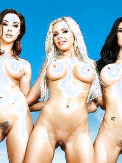 Три грудастые мамочки загорают голышом у бассейна - секс порно фото