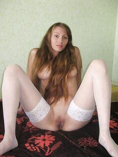 Русская девушка разделась для парня на кровати - секс порно фото