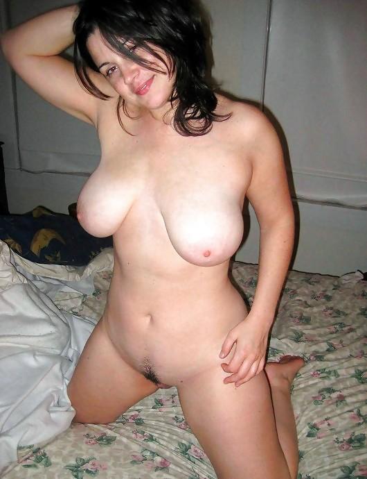 Сексуальные жены хвастают большими сиськами дома и на природе - секс порно фото