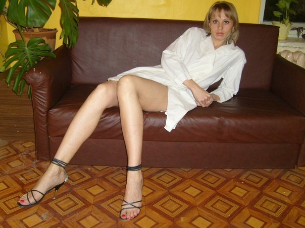 Пошлые снимки одинокой блондинки с красивыми ногами - секс порно фото