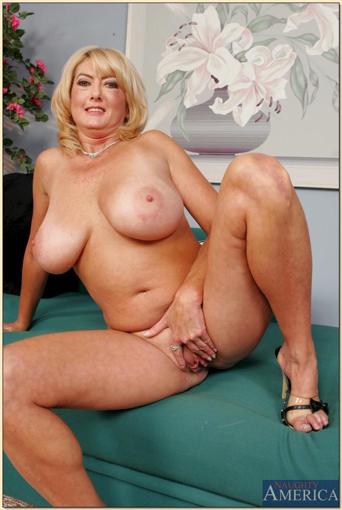 Зрелая блондинка с большими сиськами разделась на диване - секс порно фото