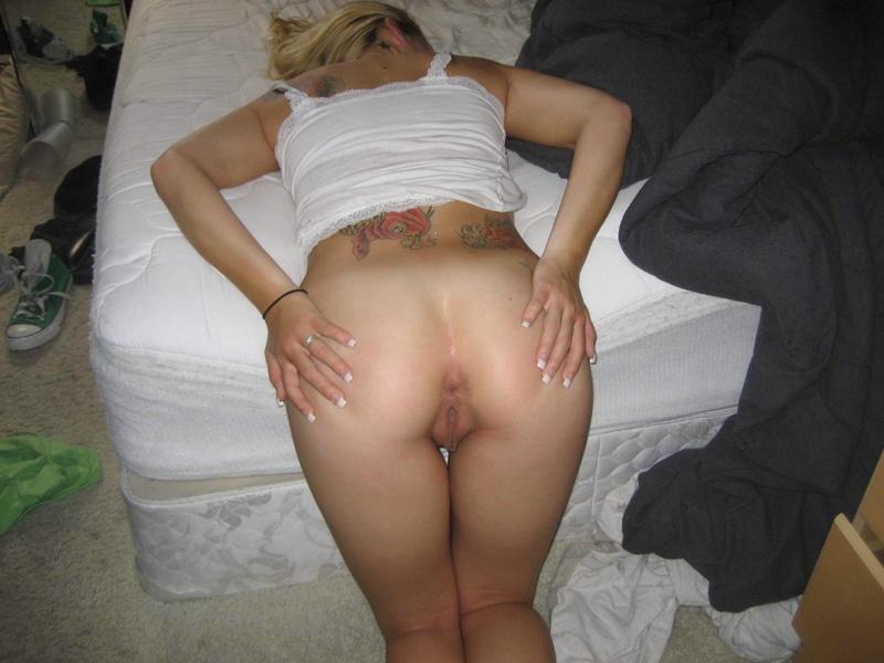 Горячая блондинка встала раком и показала анальную дырку - секс порно фото