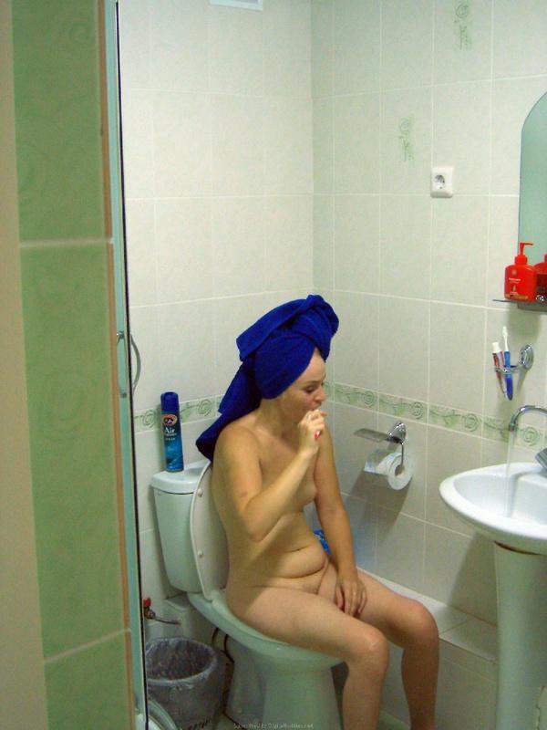 30летняя блондинка позирует дома обнаженная и трахается с мужиком - секс порно фото