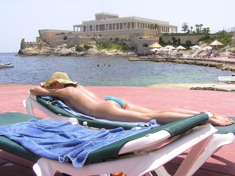 Брюнетка замутила с туристом на отдыхе и сосет ему член - секс порно фото