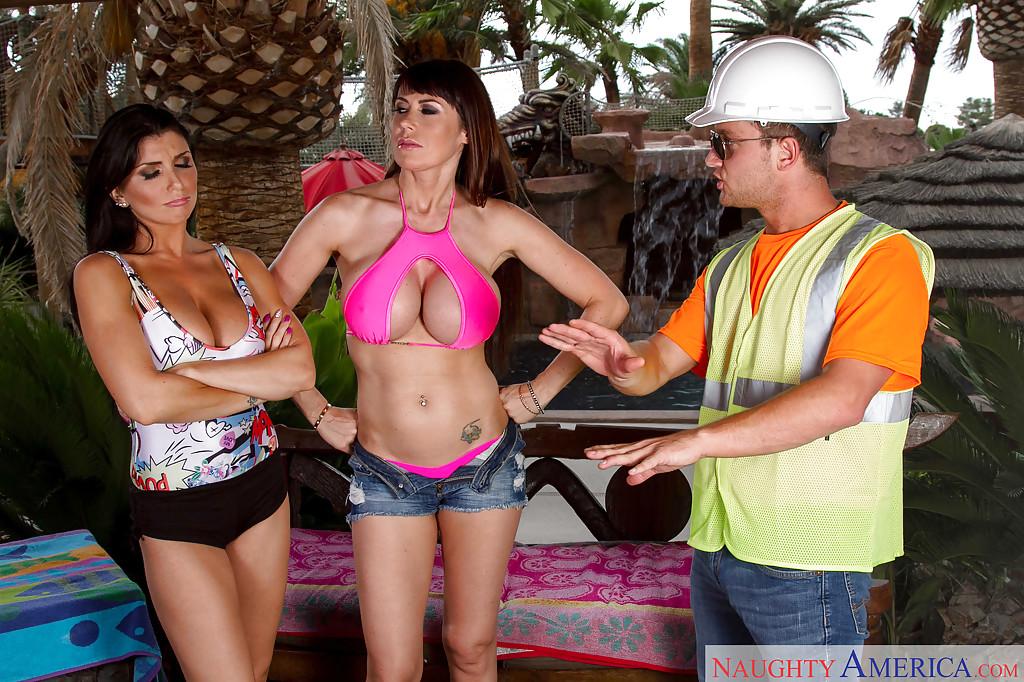 Милфы с большими сиськами трахаются со строителем на лавке - секс порно фото