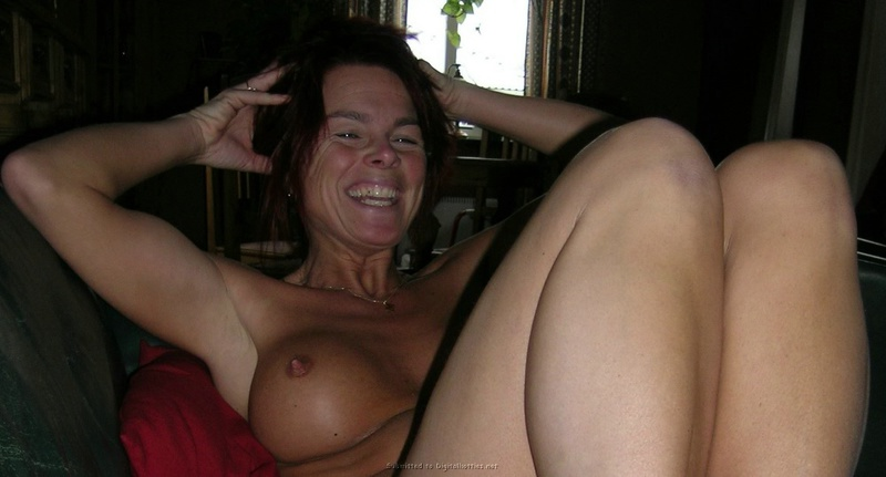 Зрелая женщина с красными волосами показывает голое тело мужу - секс порно фото