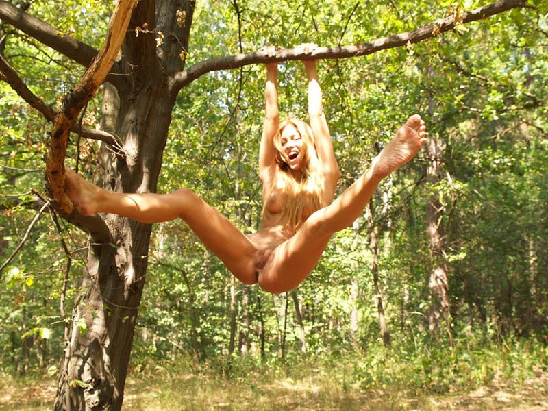 Длинноволосая нудистка разделась в лесу и села на бревно - секс порно фото