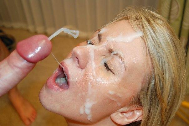 Мужики одаривают разведенных телок спермой на лицо после минета - секс порно фото