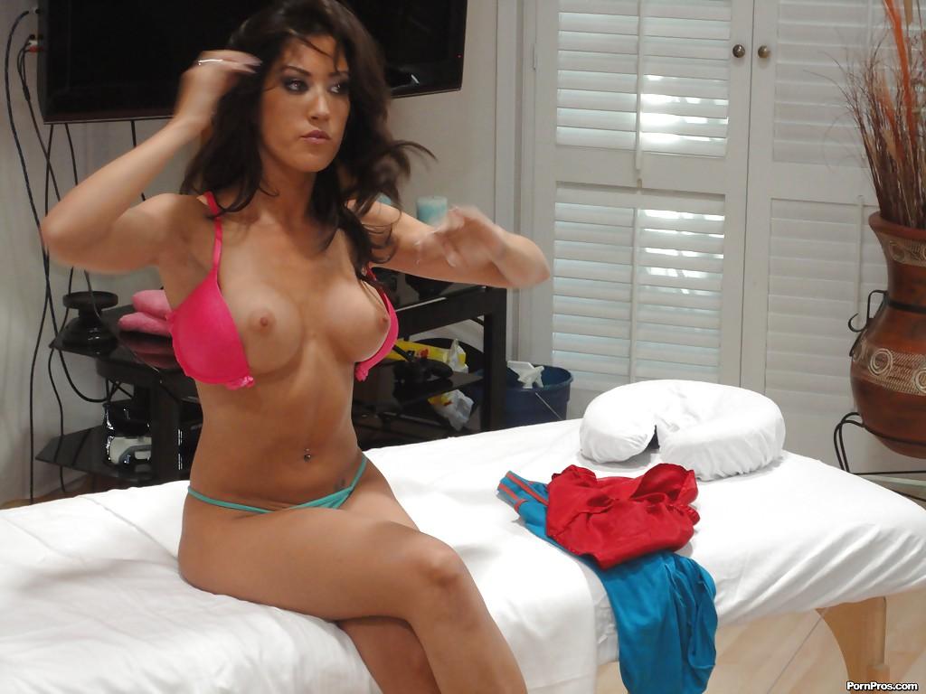 Парень подглядел за переодеванием брюнетки с большими сиськами - секс порно фото