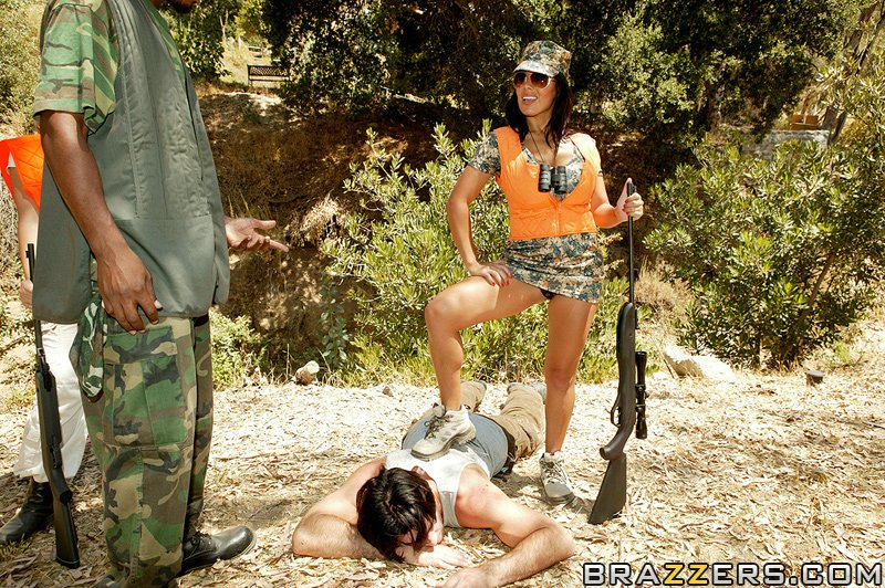 Сисястая латинка с большой попой трахается с партнёром по стрельбе в лесу - секс порно фото