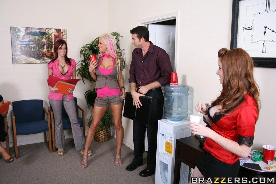 Начальник устроил групповуху с двумя грудастыми секретаршами на офисном столе - секс порно фото