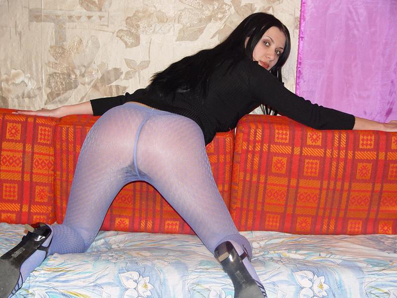 Красивая брюнетка в фиолетовых колготках раздевается на домашнем диване - секс порно фото