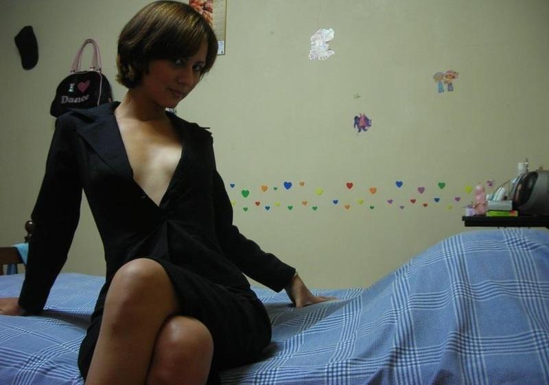 Длинноногая телка разделась для любовника на домашней кровати - секс порно фото