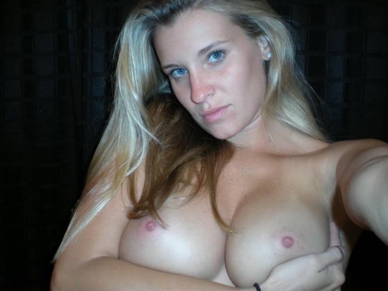 Пошлые снимки грудастой красотки с большой попой на улице и дома - секс порно фото