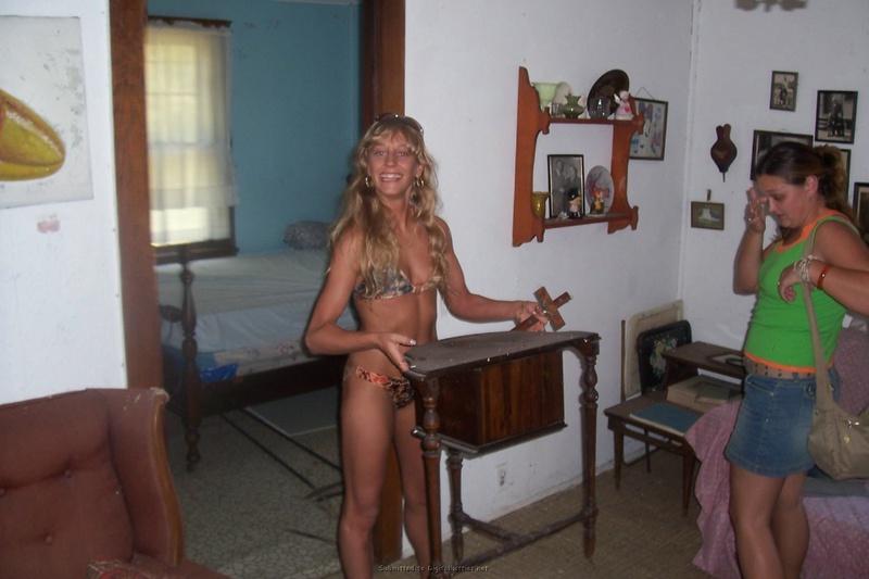 Минетчица отдыхает на курорте с волосатым хахалем и сосет член - секс порно фото