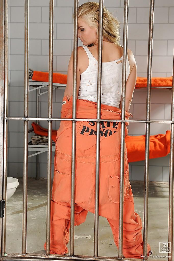 Грудастая арестантка с большими сиськами разделась в тюрьме - секс порно фото