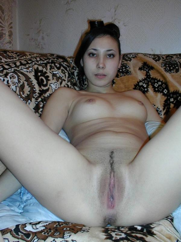 Брюнетка показала сочную киску и очко любовнику дома - секс порно фото