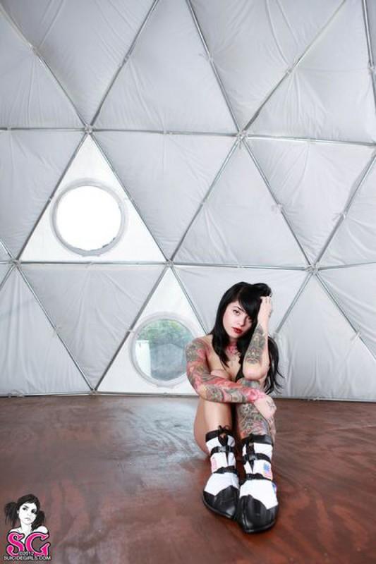 Татуированная брюнетка с челкой позирует голая со шлемом космонавта - секс порно фото