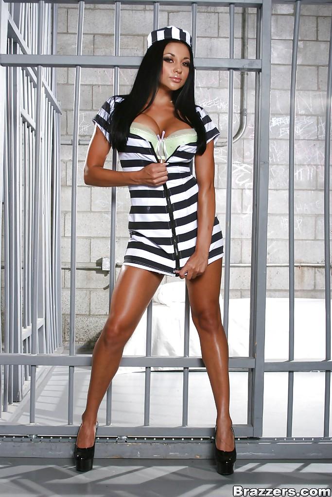 Сочная Одри Битони показала большие сиськи и попу в тюрьме - секс порно фото