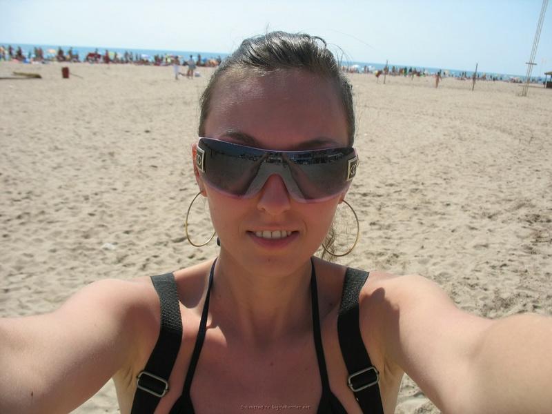 Длинноногая брюнетка прилюдно разделась на пляже для парня - секс порно фото