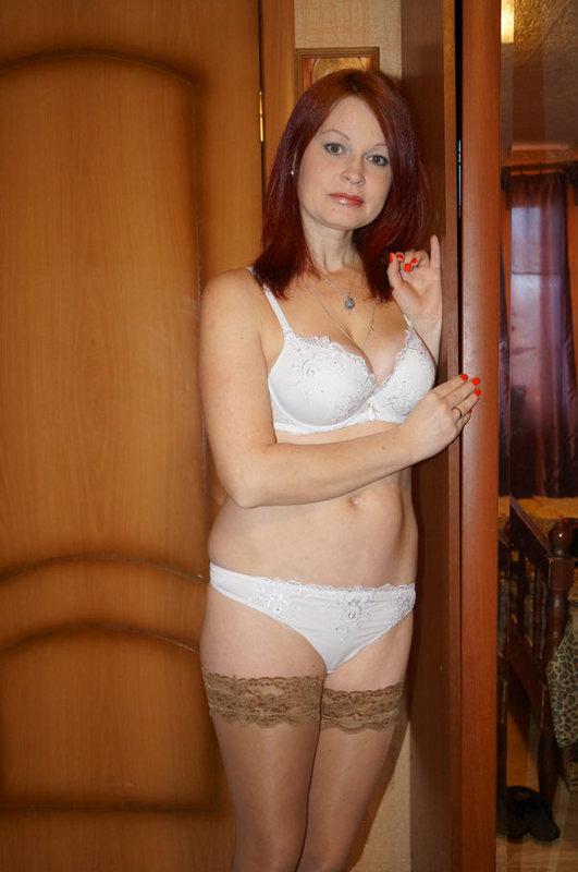 Грудастая разведенка с большой попой позирует на камеру дома - секс порно фото