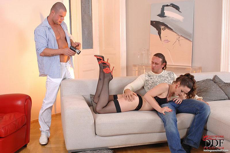 Два фетишста оприходовали одинокую мамку в чулках на диване - секс порно фото