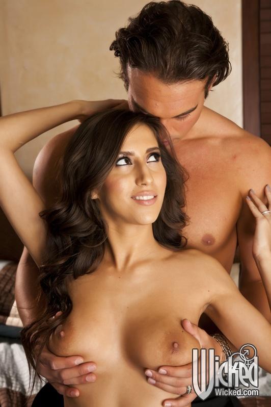 Сисястая April Oneil отдалась любовнику в киску на кровати - секс порно фото