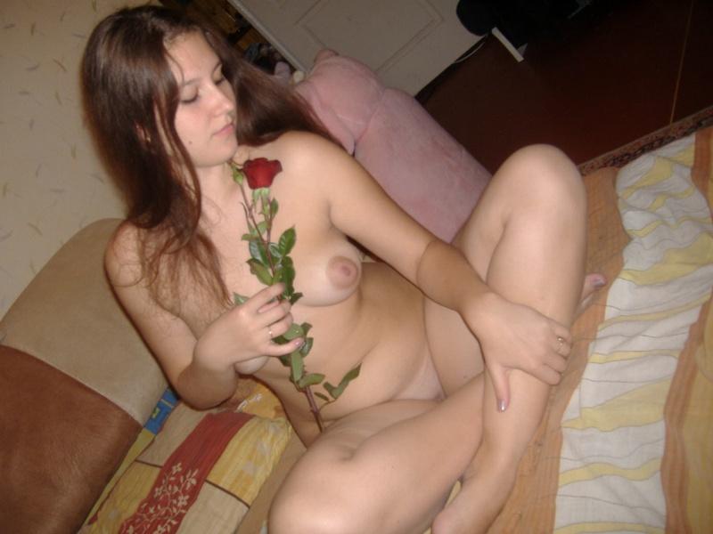 Русская девушка с большой попкой позирует с розой дома - секс порно фото