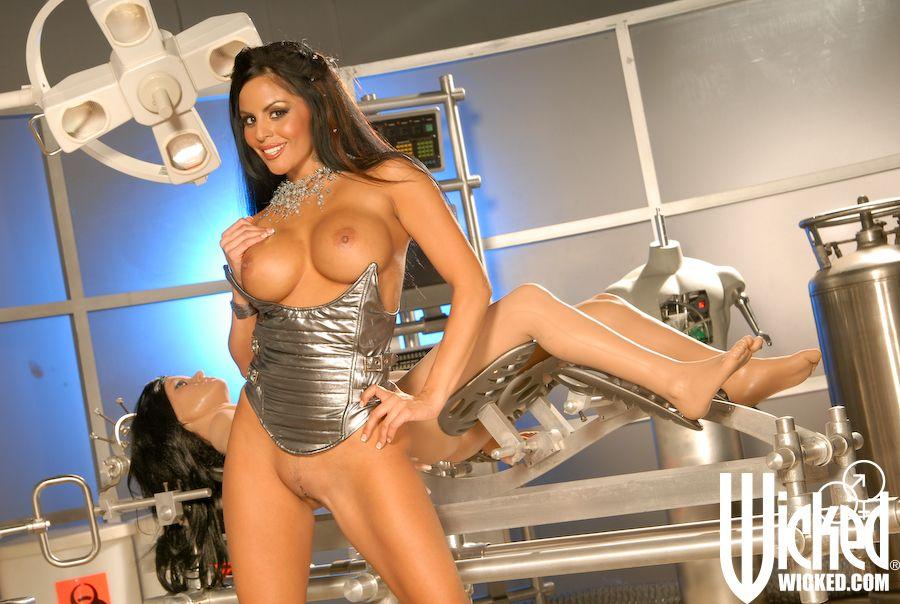 Похотливая брюнетка с большими сиськами и попой позирует с манекеном - секс порно фото