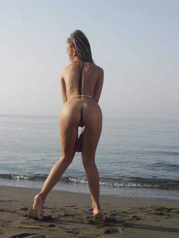 Телка с косичками разделась и вымазала попку песком - секс порно фото