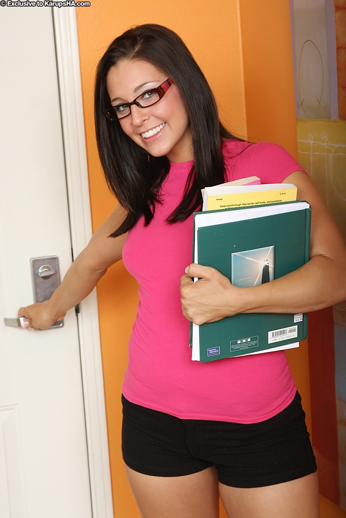 Сладкая студентка в очках Gracie Glam показала большую попу в комнате - секс порно фото