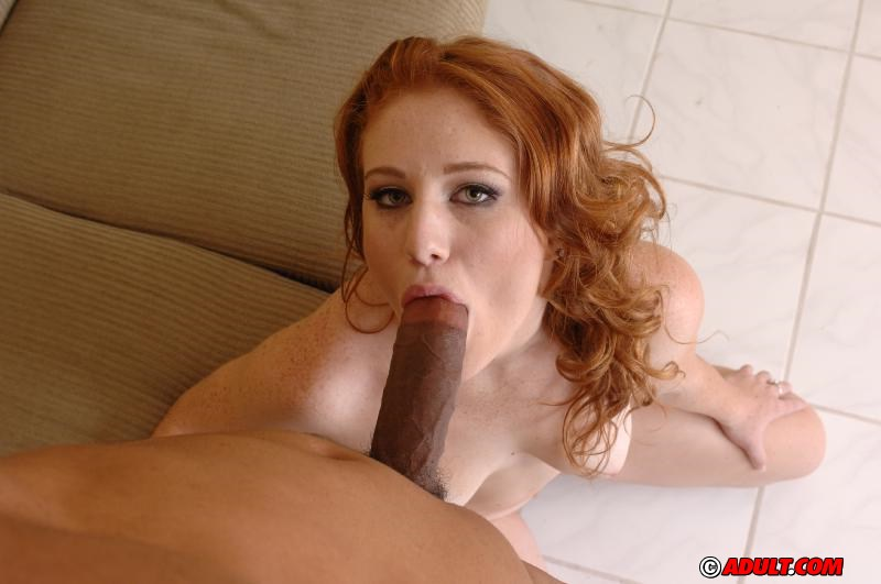Рыжая скромница отдалась похотливому негру на мягком диване - секс порно фото
