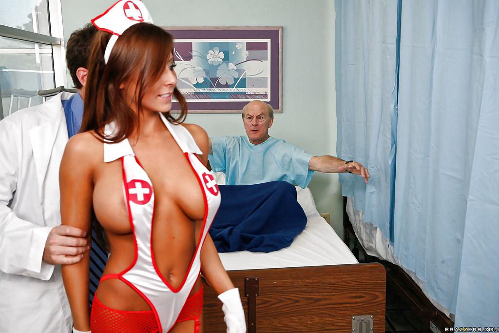 Грудастая медсестра потрахалась с врачом на кровати старого пациента - секс порно фото