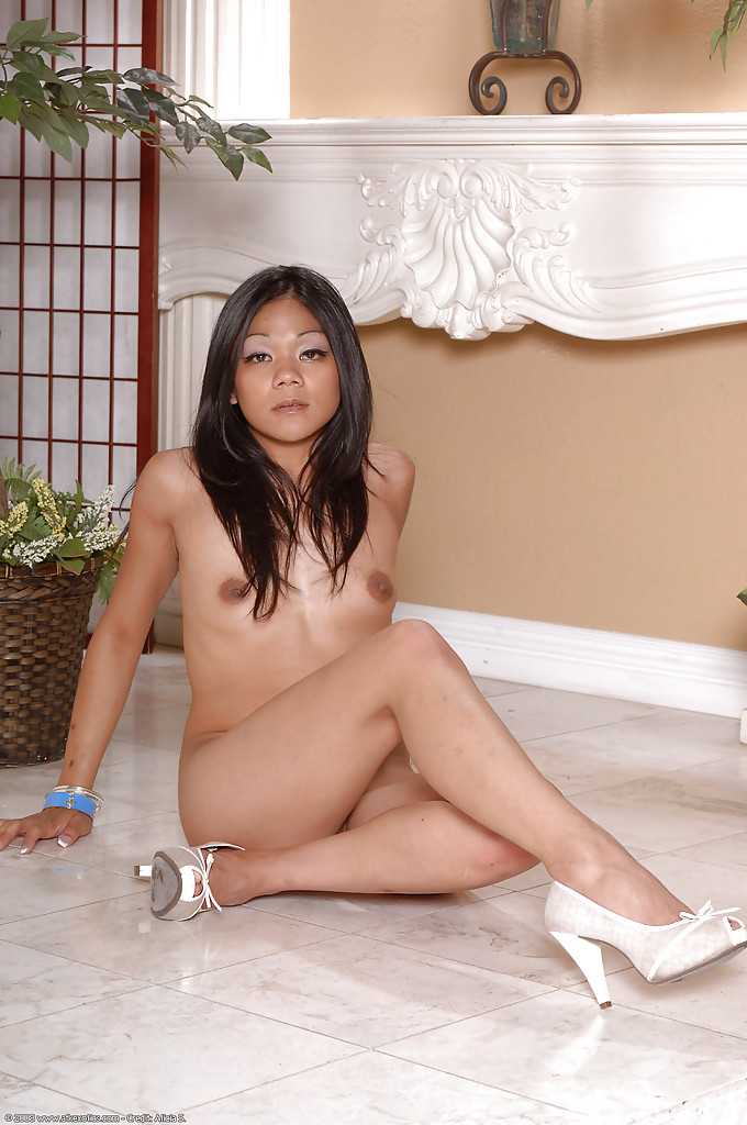Смуглая азиатка с красивыми ногами обнажилась на полу отеля - секс порно фото