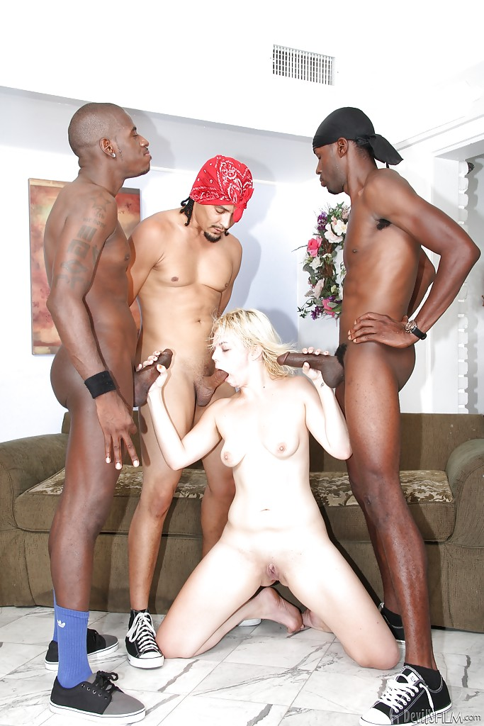 Три негра ебут белую цыпочку Alice Frost на диване - секс порно фото