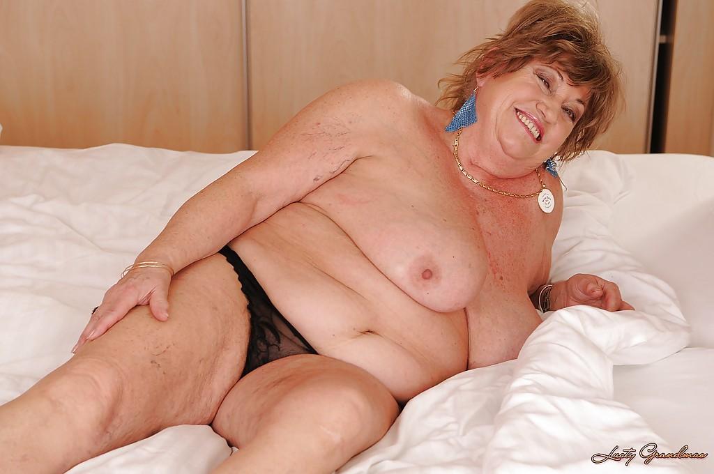 Толстая бабушка разделась на кровати и щупает большие дойки - секс порно фото