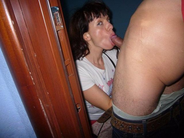 Похотливые разведенки позируют голые и сосут члены дома - секс порно фото