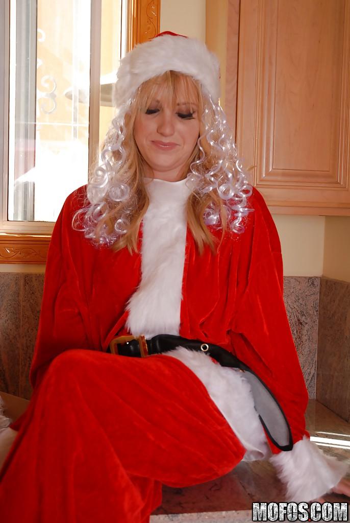 30летняя блондинка в костюме Санты мастурбирует киску на стиралке - секс порно фото