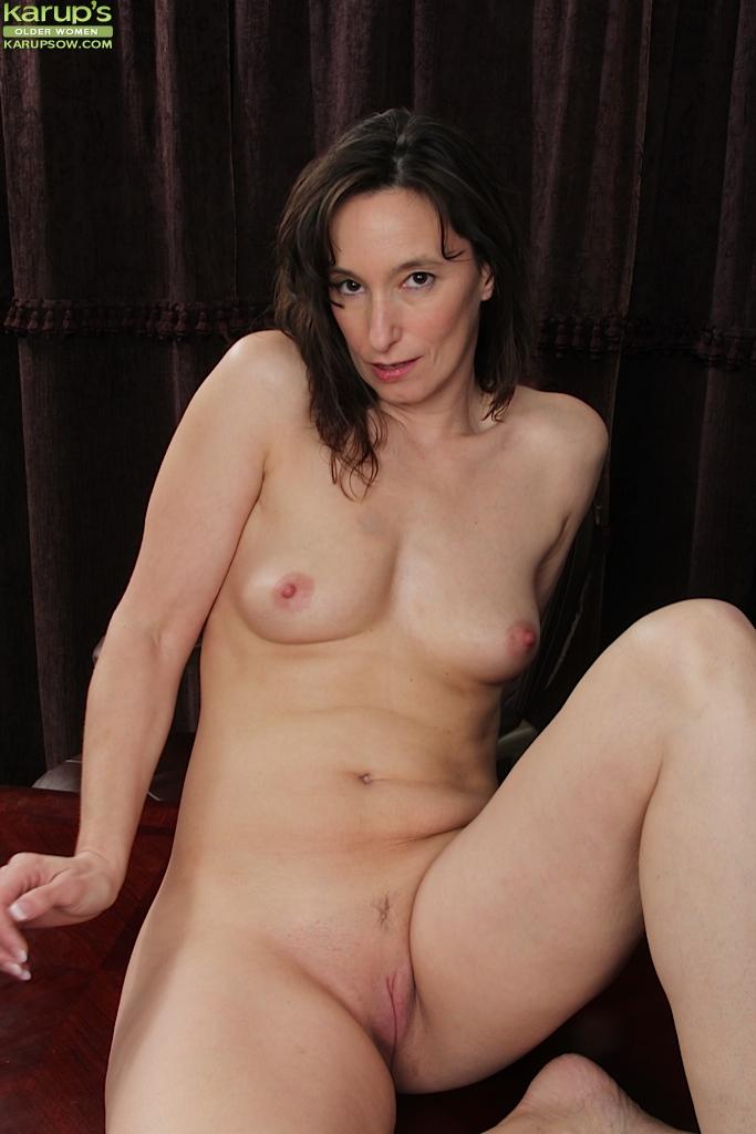 Похотливая начальница Шелли Джонс показала киску в рабочем кабинете - секс порно фото