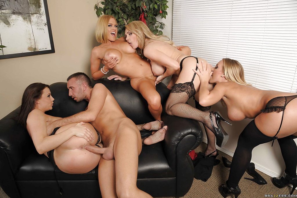 Четыре сотрудницы подарили молодому начальнику групповуху на кожаном диване - секс порно фото