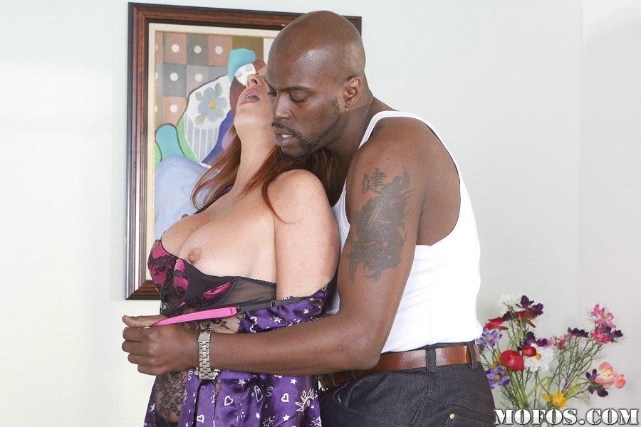 Накаченный негр с большим членом удовлетворил сисястую зрелку в рот и киску - секс порно фото