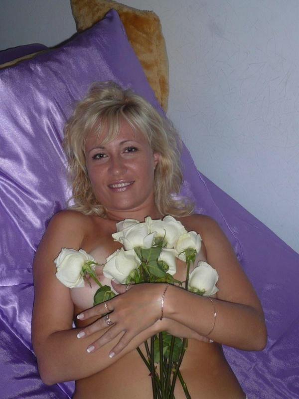 Русская жена позирует голая с лепестками роз на камеру - секс порно фото